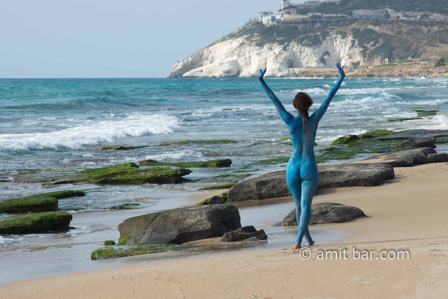 Chofim I: Carmela is walking on the beach and is entering nude to the sea, whereafter she appears blue as the sea-water. Some body-paint helped doing that...