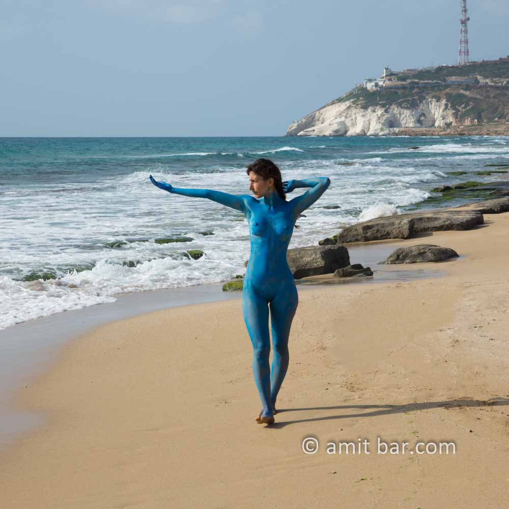 Chofim II: Carmela is walking on the beach and is entering nude to the sea, whereafter she appears blue as the sea-water. Some body-paint helped doing that...