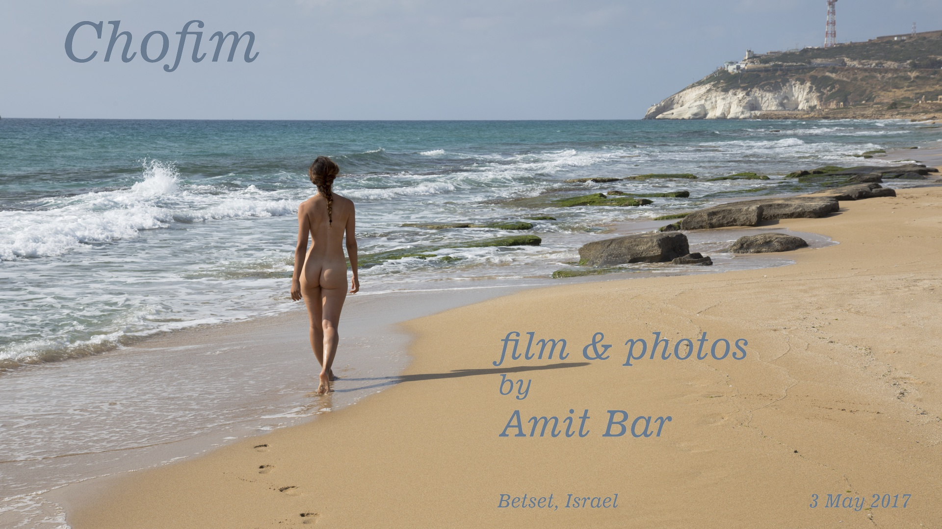 Carmela is walking on the beach and is entering nude to the sea, whereafter she appears blue as the sea-water. Some body-paint helped doing that...